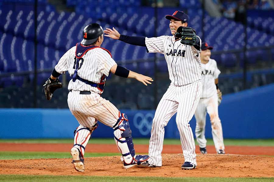 最後の打者を抑え、甲斐拓也と優勝を喜ぶ栗林良吏(右)【写真:Getty Images】