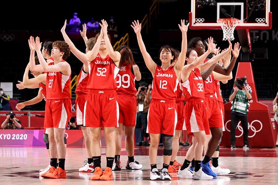 銀メダルを獲得し、観客に手を振る女子バスケ日本代表【写真:Getty Images】