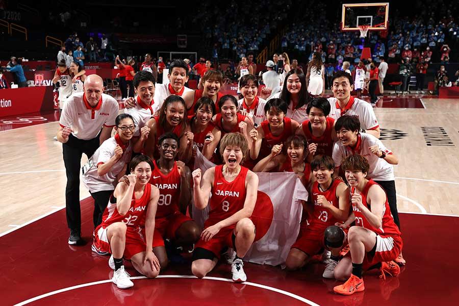 銀メダルを獲得した女子バスケ日本代表【写真:Getty Images】