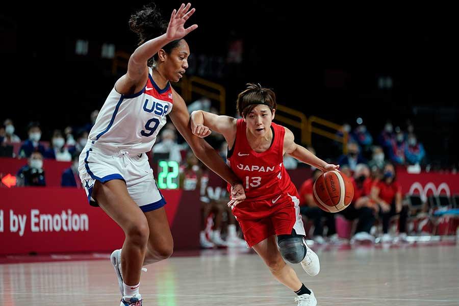 米国選手と競り合うバスケットボール女子日本代表の町田瑠唯【写真:AP】