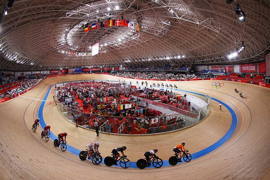 自転車競技のスタンドのファンに注目が集まっている【写真:Getty Images】