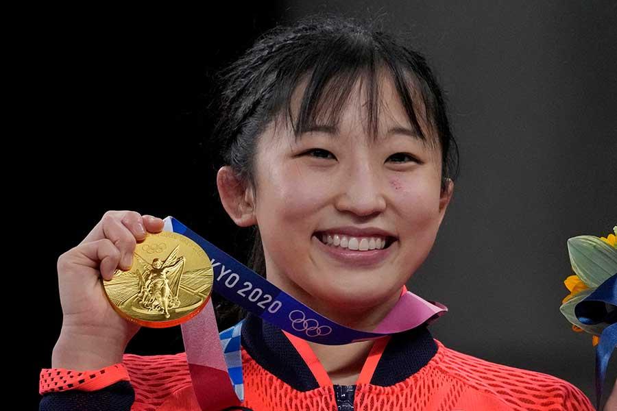 レスリング女子50キロ級で金メダルを獲得した須崎優衣【写真:AP】