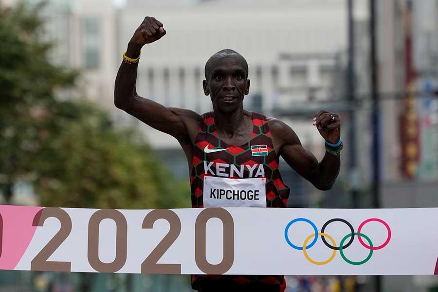 男子マラソンで連覇を達成したエリウド・キプチョゲ【写真:AP】