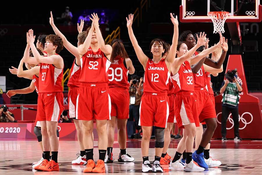 決勝後、会場に挨拶する日本代表の選手たち【写真:Getty Images】