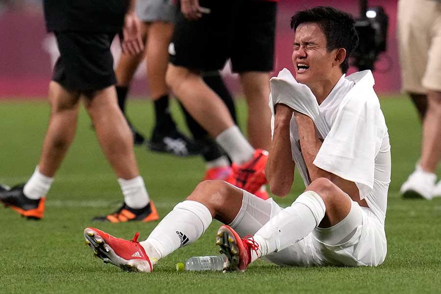 3位決定戦でメキシコ敗れた後、久保建英は悔しさを露わに泣き崩れた【写真:AP】