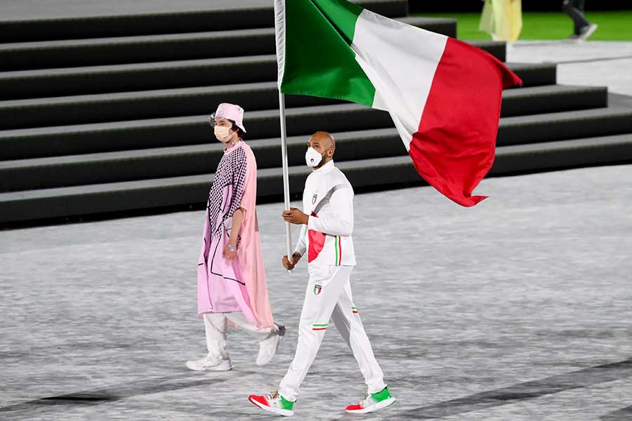 閉会式でイタリアの旗手を務めたマルセル・ジェイコブス【写真:Getty Images】
