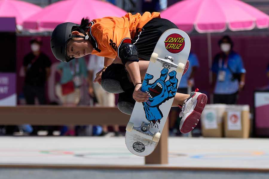 スケートボード・女子パークで4位となった岡本碧優【写真:AP】