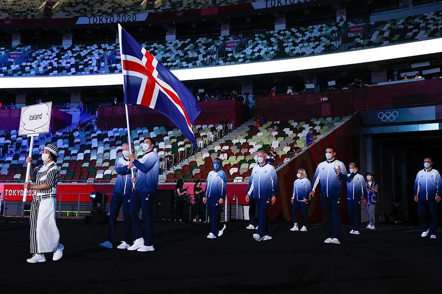 開会式で入場するアイスランド選手団【写真:Getty Images】