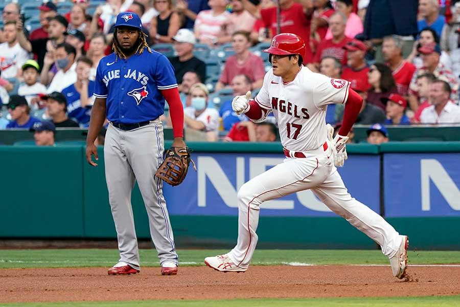 1回に二塁打を放ち、一塁を回るエンゼルスの大谷翔平と一塁手のブラディミール・ゲレーロJr.【写真:AP】