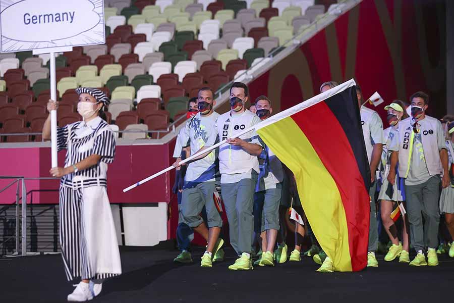 東京五輪開会式でドイツは自国の国旗と日の丸の両方を持って行進【写真:Getty Images】