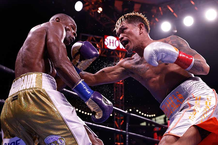 判定勝ちで4度目の防衛に成功したカシメロ(右)【写真:Getty Images】