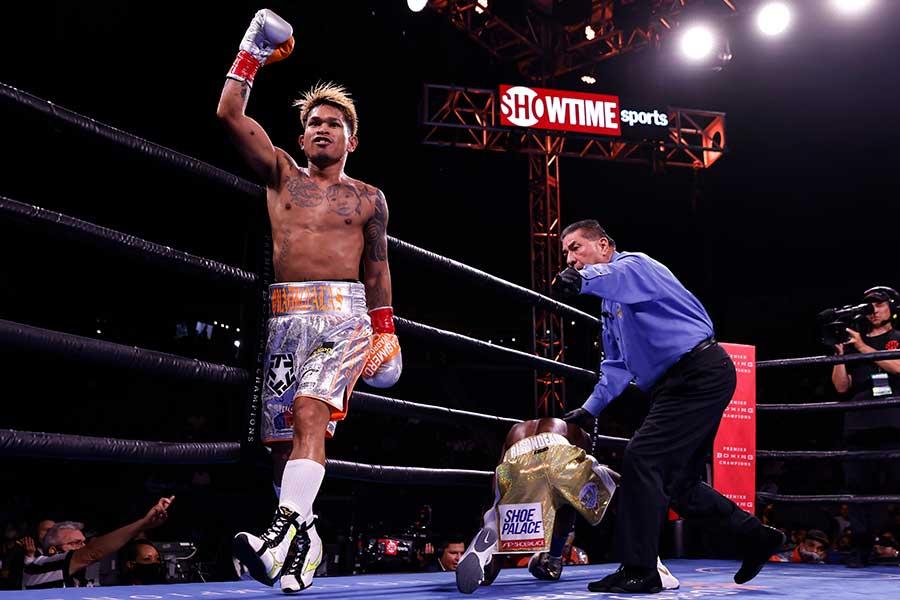 カシメロは倒れた相手にも攻撃の手を緩めなかった【写真:Getty Images】