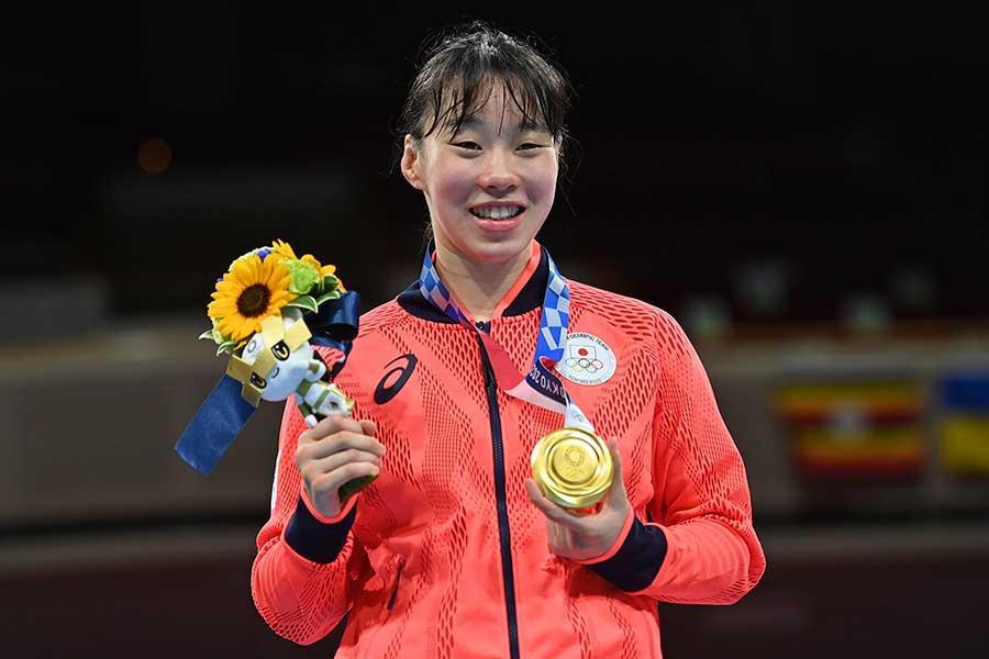 女子フェザー級で金メダルを獲得した入江聖奈【写真:AP】