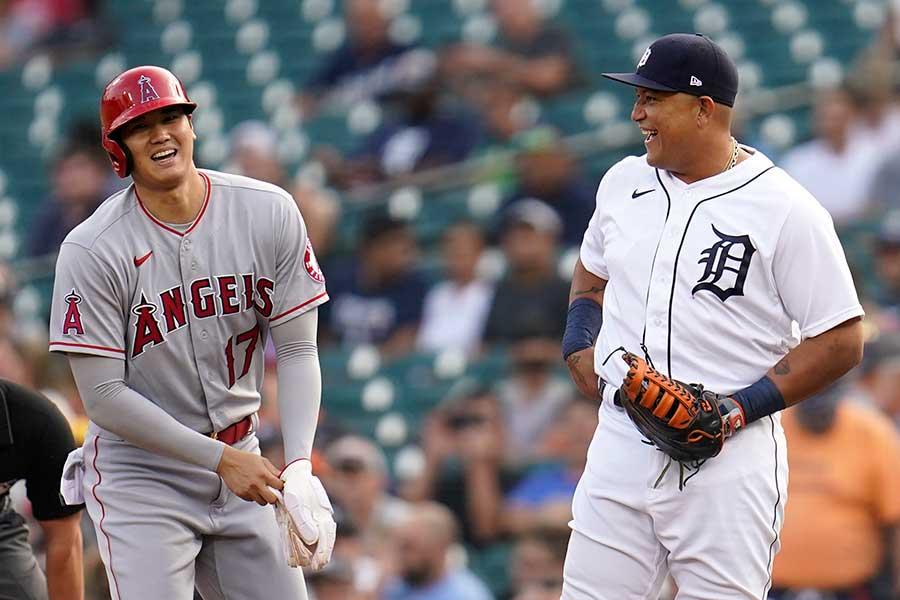 一塁ベース上で笑うエンゼルスの大谷翔平とタイガースのミゲル・カブレラ【写真:AP】