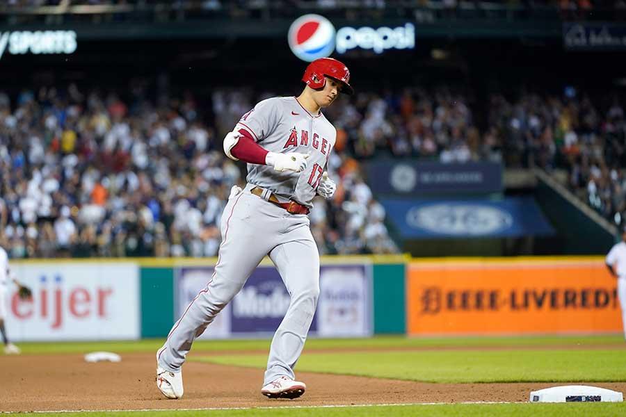 40号ソロを放ったエンゼルスの大谷翔平が本塁へ向かうと…【写真:AP】