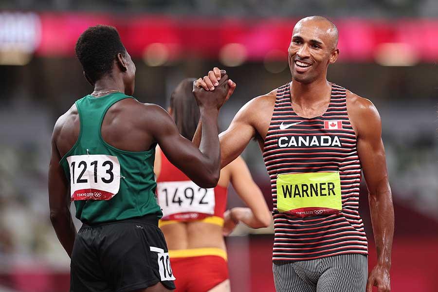 十種競技で金メダルを獲得したダミアン・ワーナーは他の選手とも喜びを分かち合った【写真:Getty Images】