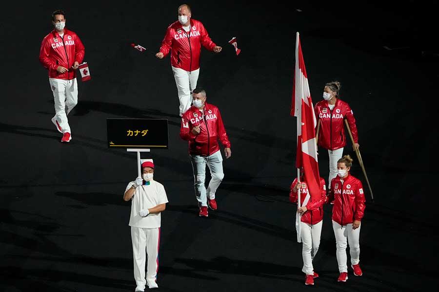 開会式で入場するカナダ選手団【写真:AP】