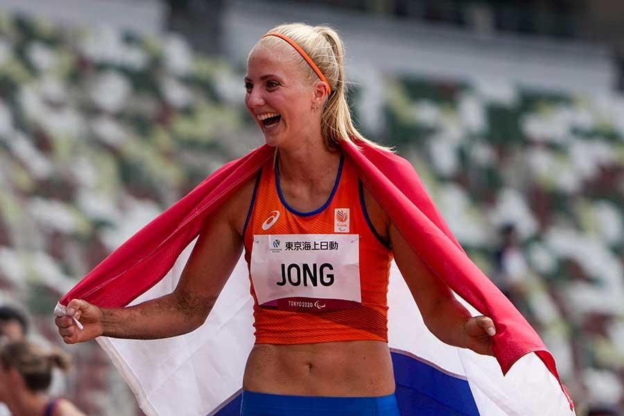 優勝し、国旗を手に喜ぶフルール・ヨング【写真:Getty Images】