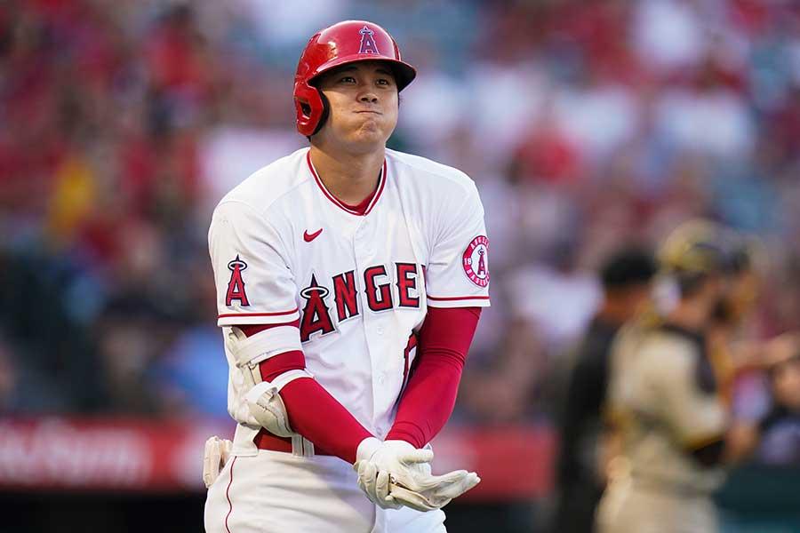 死球を受け、右手を押さえるエンゼルスの大谷翔平【写真:AP】