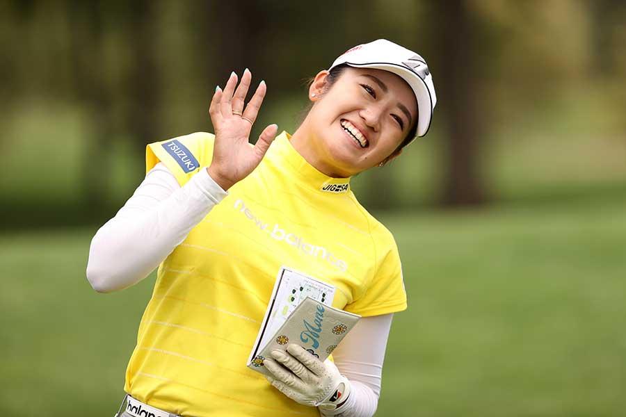通算16アンダーで逆転優勝し、笑顔を浮かべる稲見萌寧【写真:Getty Images】