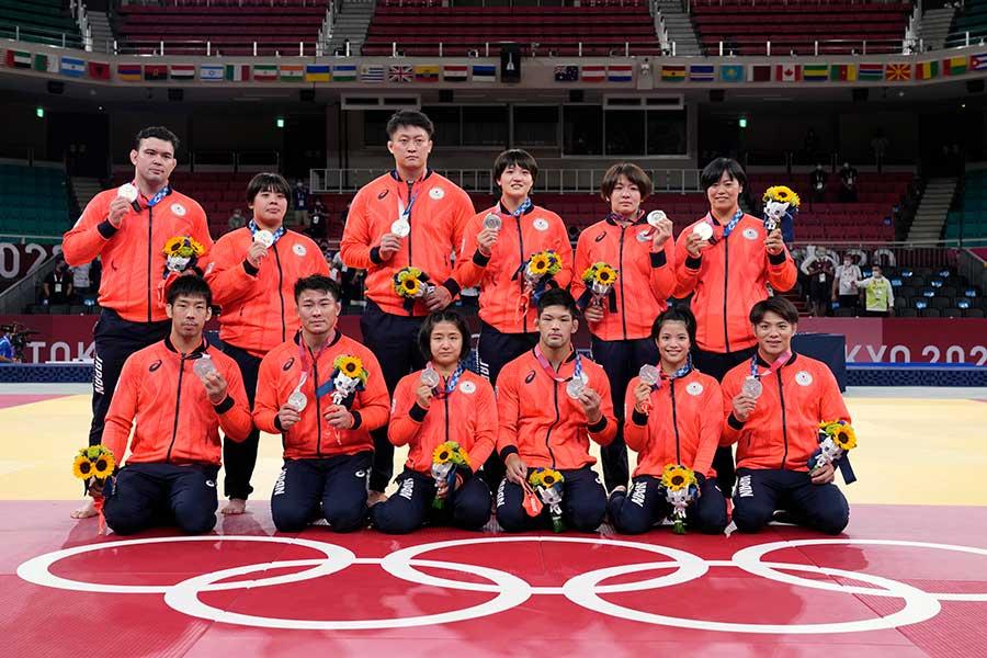 銀メダルを獲得した柔道男女混合団体【写真:AP】