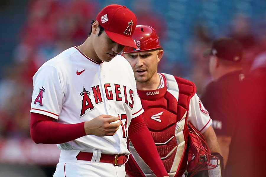 エンゼルスの大谷翔平(左)とマックス・スタッシ【写真:AP】
