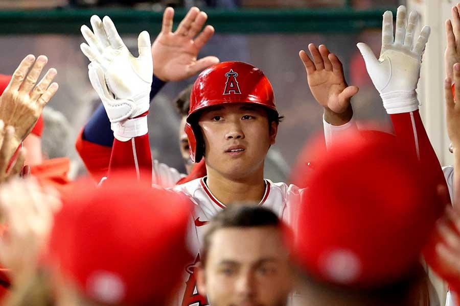 43号3ランを放ち、ベンチで祝福されるエンゼルスの大谷翔平【写真:AP】
