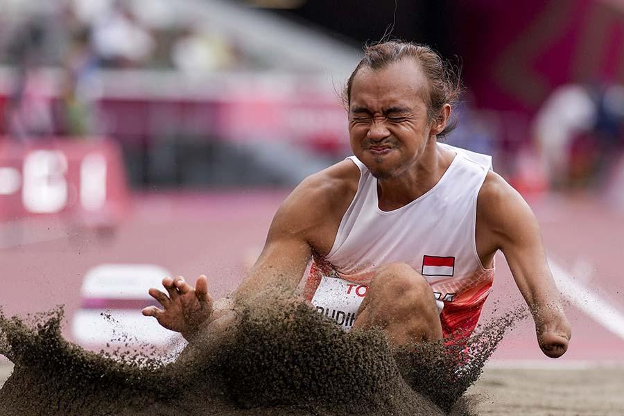 パラ選手村の食事を日々紹介しているインドネシア代表セティヨ・ブディハルタント【写真:AP】