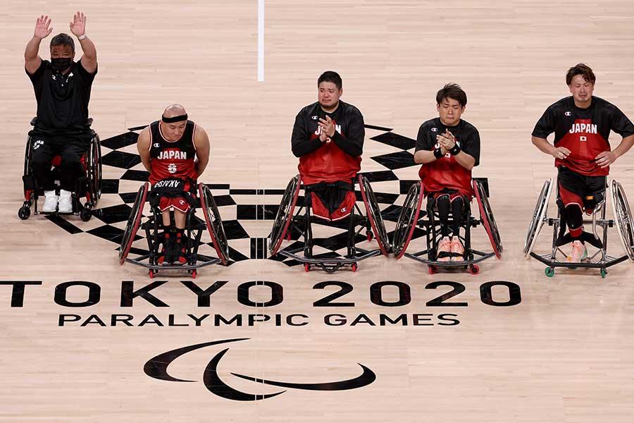 決勝後に挨拶する車いすバスケットボール日本代表の選手たち【写真:Getty Images】
