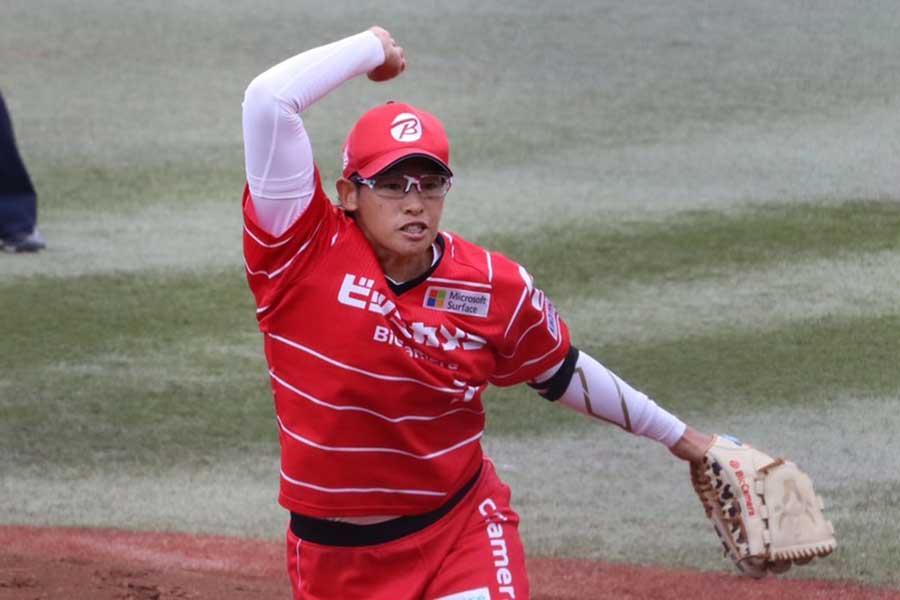 4-2の6回、3番手で登板する上野由岐子【写真:浜田洋平】