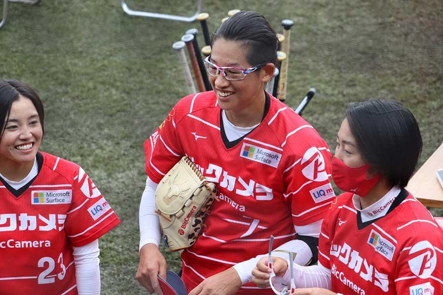 試合後、チームメイトと笑顔を見せる上野由岐子【写真:浜田洋平】