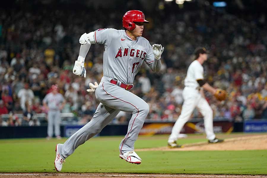 代打で登場し、二塁内野安打を放つエンゼルスの大谷翔平【写真:AP】