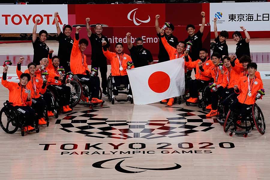 東京パラリンピックで銀メダルを獲得した車いすバスケットボール日本代表【写真:Getty Images】