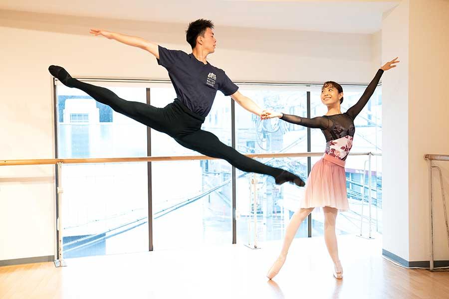 ロイヤル・バレエ・スクールで3年間クラスメートだった里美さん(右)と祐磨君【写真:南しずか】
