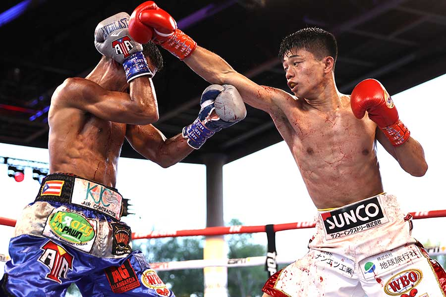 中谷潤人(右)がアンヘル・アコスタを4回TKOで下し、初防衛に成功した【写真:Getty Images】