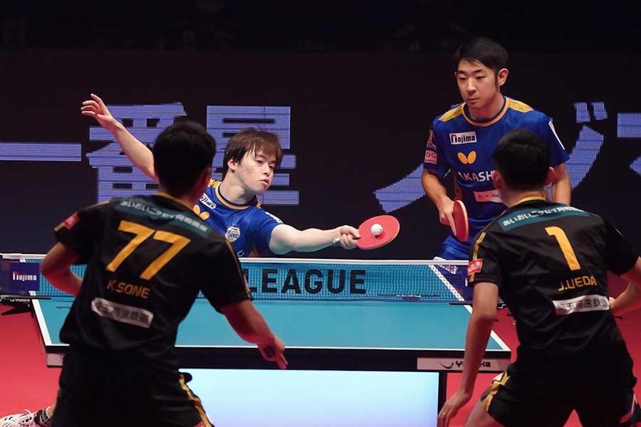 第1試合ダブルスに2-1で勝利した森薗政崇(左)、町飛鳥ペア【写真:荒川祐史】