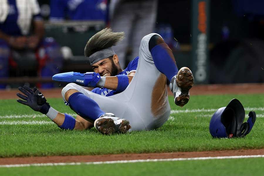 オリオールズのアバッドと激突し、倒れこむブルージェイズのグリエル【写真:Getty Images】