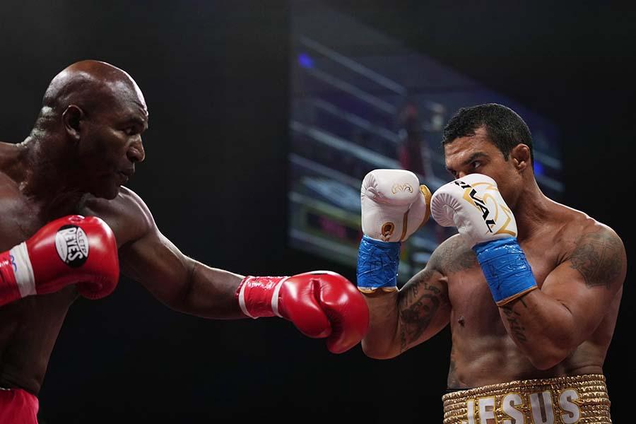10年ぶり現役復帰の58歳ホリフィールド(左)だったが、ベルフォートに初回TKO負けを喫した【写真:AP】