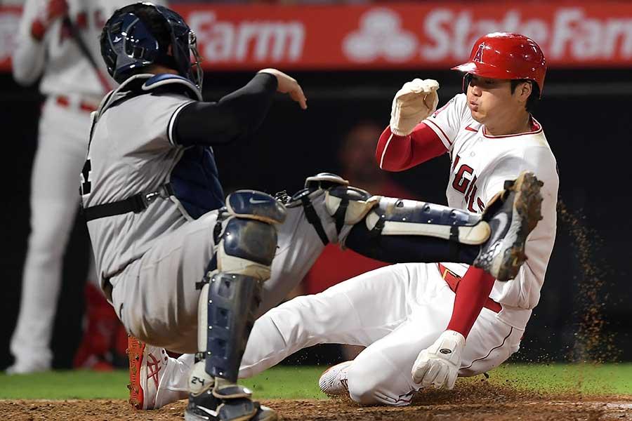 31日のヤンキース戦で本盗する大谷翔平【写真:Getty Images】