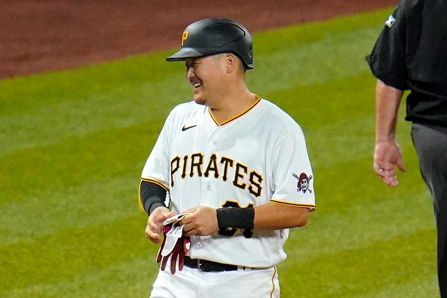 3回に適時三塁打を放ち、塁上で笑顔を見せるパイレーツの筒香嘉智【写真:AP】