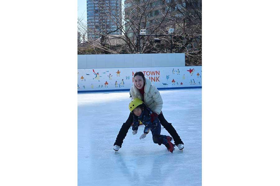 長男とスケートを楽しむ中野友加里さん(写真は一部加工)【写真:本人提供】