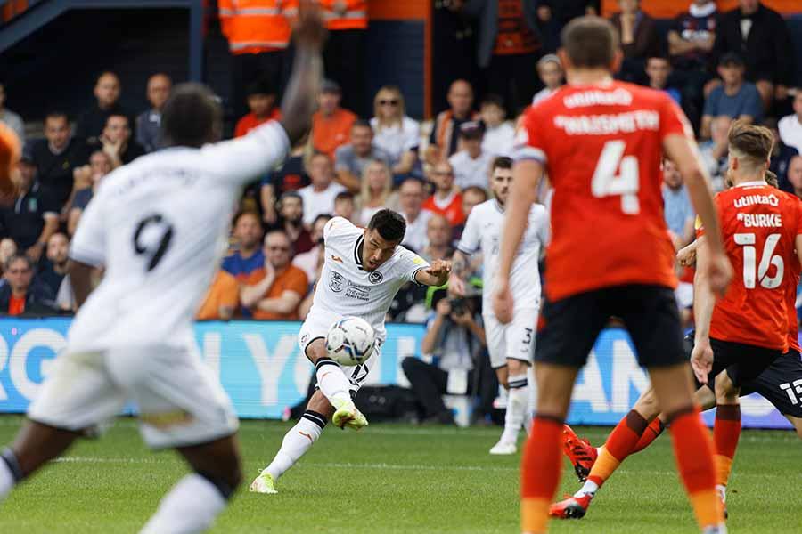 イングランド2部の試合で起きた悪質なファウルに波紋が広がっている【写真:Getty Images】
