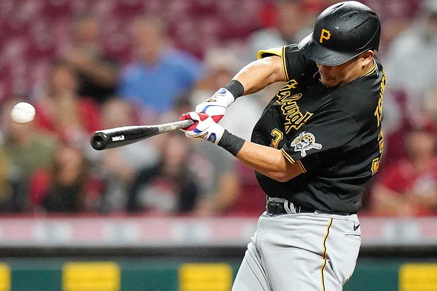 代打で登場し、適時二塁打を放つパイレーツの筒香嘉智【写真:AP】