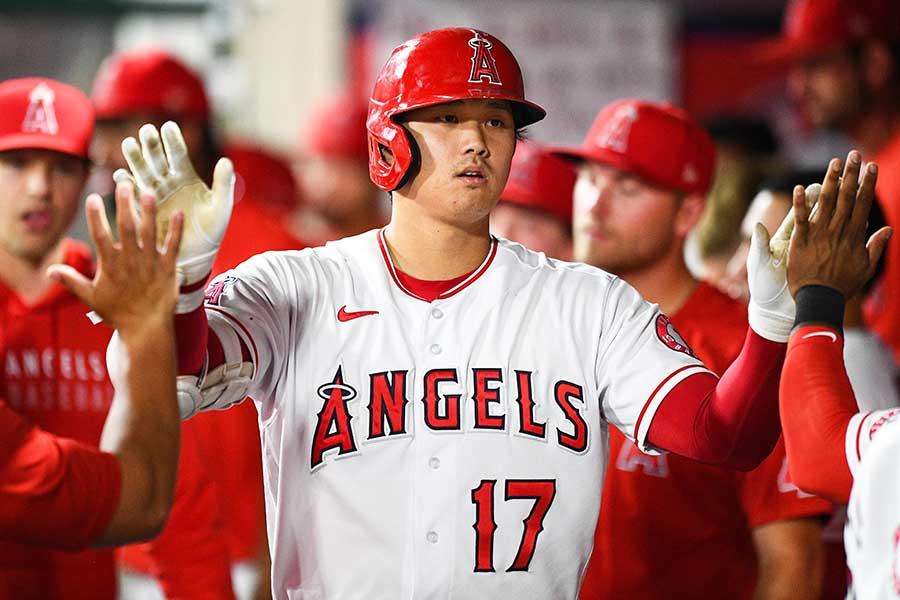 45号ソロ本塁打を放ち、ベンチで祝福されるエンゼルスの大谷翔平【写真:Getty Images】