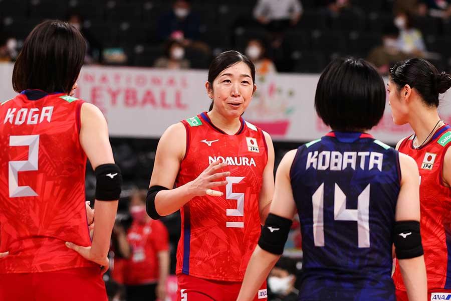 2021年5月の日本代表国際親善試合、チームメイトと会話する荒木絵里香【写真:Getty Images】