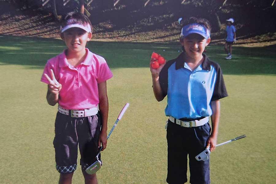 コースに出て喜ぶ小3の岩井千怜(左)、明愛姉妹【写真:父・雄士さん提供】