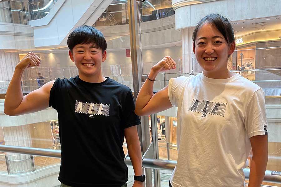 力こぶをつくる岩井明愛(左)、千怜姉妹【写真:柳田通斉】