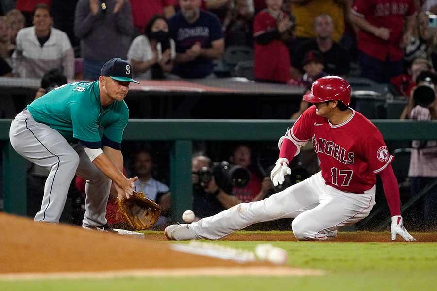 第2打席で三塁打を放ち、三塁へ滑り込むエンゼルスの大谷翔平。その直後に見せた表情は【写真:AP】