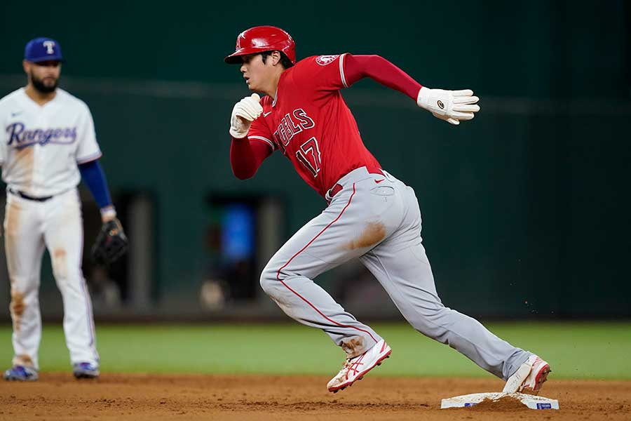 今季25個目の盗塁を決め、悪送球の間に三塁を目指すエンゼルスの大谷翔平【写真:AP】