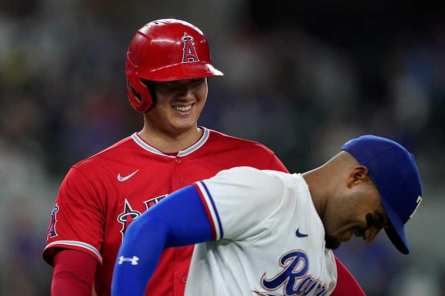 二塁強襲打で一塁に出塁し、笑顔を浮かべたエンゼルスの大谷翔平【写真:AP】